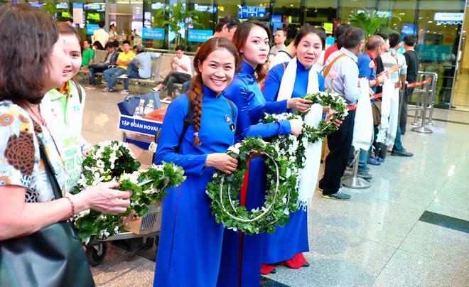 Người đến đón chào Pháp Vương ở sân bay có đủ lứa luổi, cầm những vòng hoa  và cười hoan hỉ khi nhìn thấy Ngài xuất hiện.